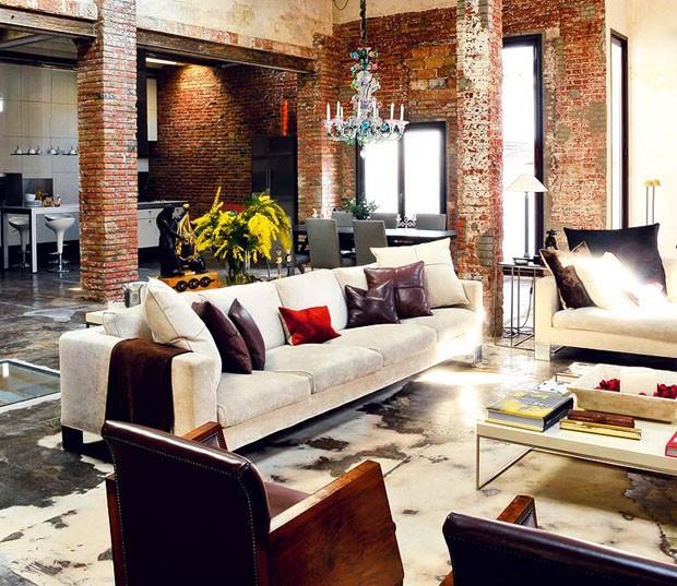 http://casavogue.globo.com/Interiores/noticia/2012/08/colunas-e-tijolos-riscam-perfil-de-loft.html